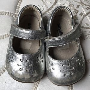Smaller by See Kai Run silver shoes size 4